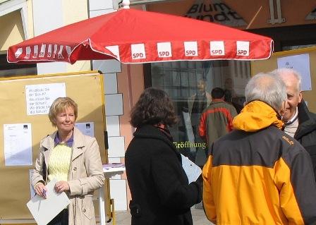 Eva Maria Hauke (links) bei der Bürgerbefragung auf dem Marktplatz. Foto: H. Hauke